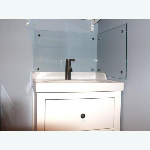 Стеклянная панель над раковиной прозрачная